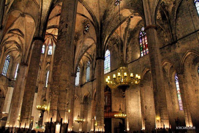 Un interior plagado de geometría que se dice inspiró al propio Gaudí