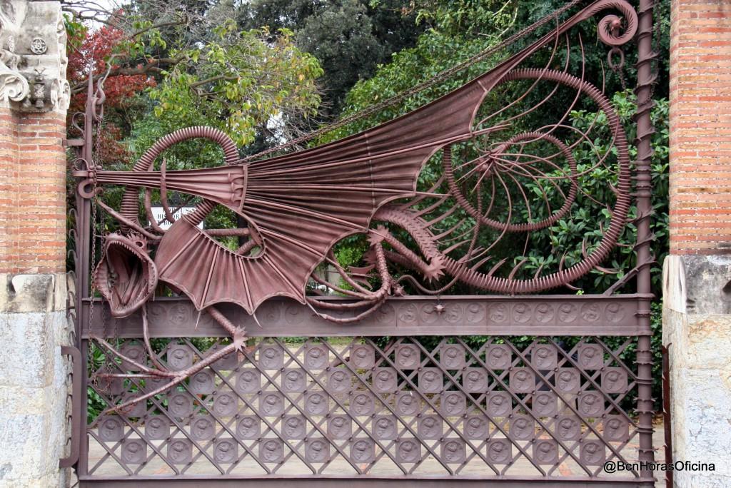 Reja de hierro con la figura de Ladón, dragón guardián del Jardín de las Hespérides según la leyenda
