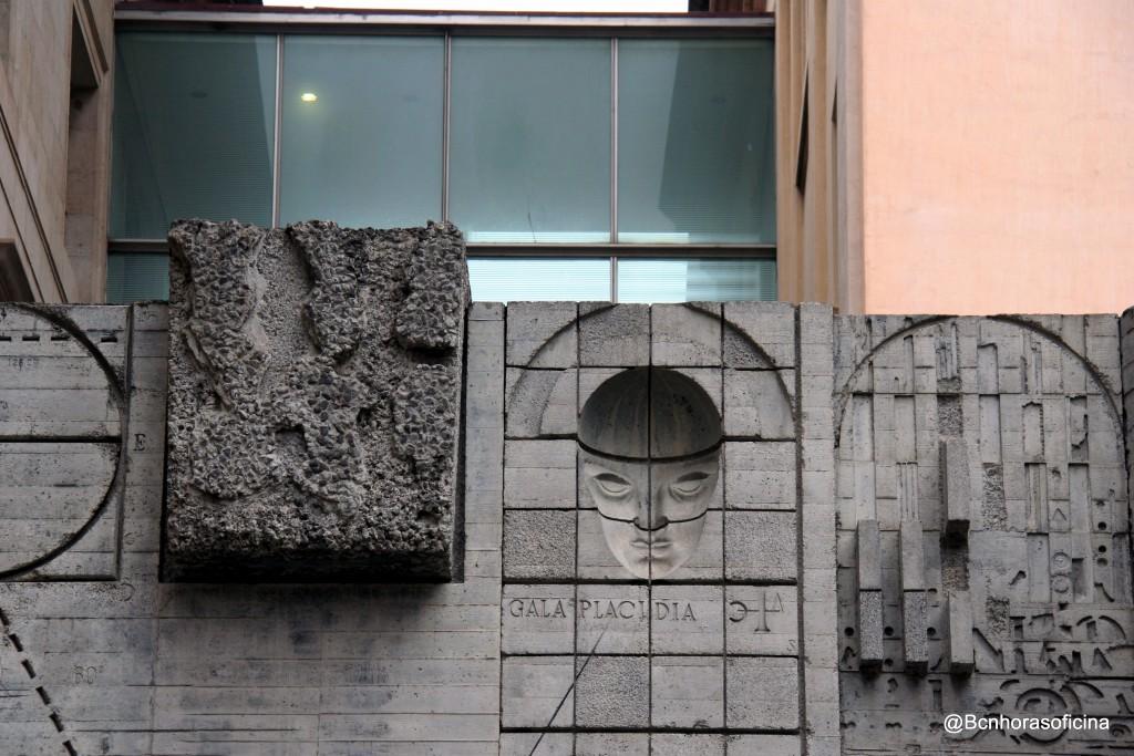 Detalle de la fachada del Edifici Novíssim en la plaça Sant Miquel