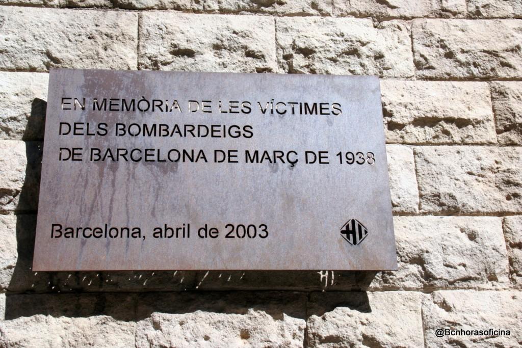 Placa en memoria de las victimas de los bombardeos de marzo de 1938, plaça de Joan Amades