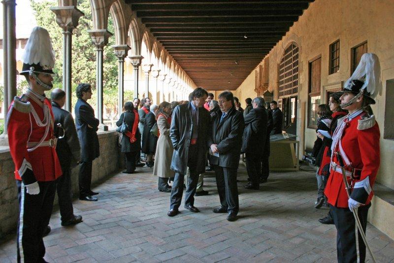 La Corporación Municipal en el claustro del monasterio. Foto: Monasterio de Pedralbes