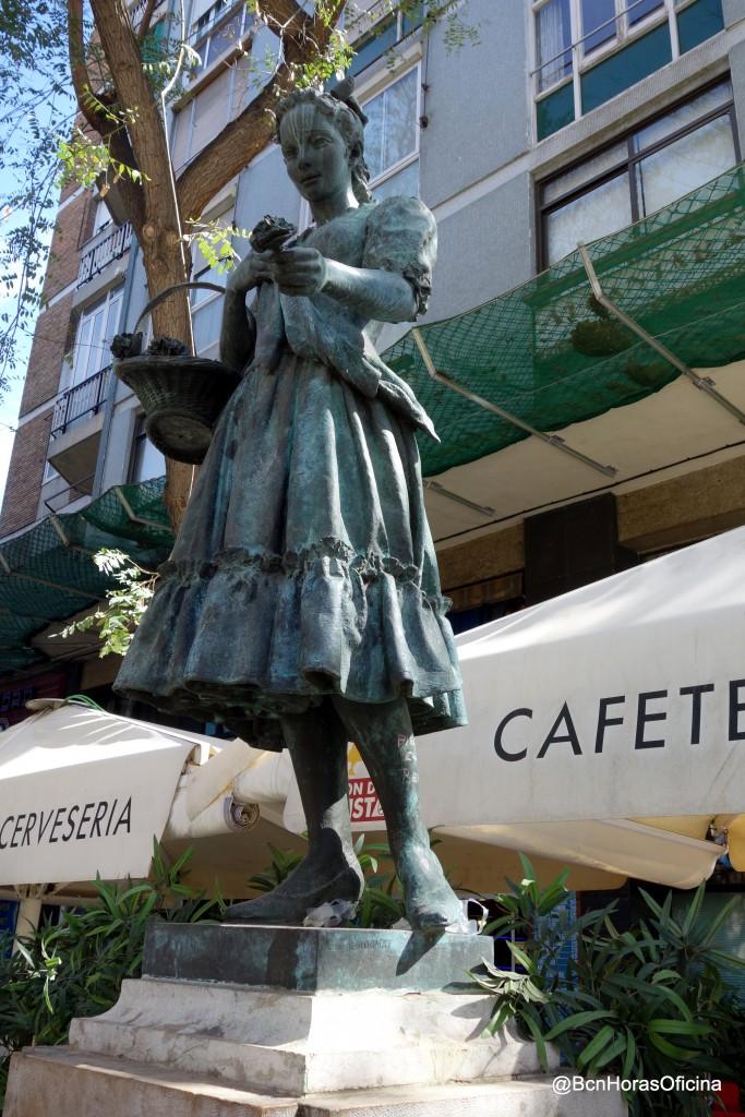 Monumento a Raquel Meller junto al Paralelo