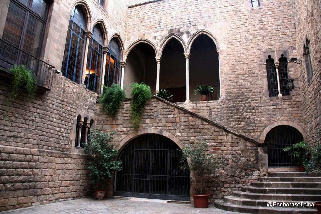 Escalera noble del Palau Requesens, sede de la Reial Acadèmia de Bones Lletres