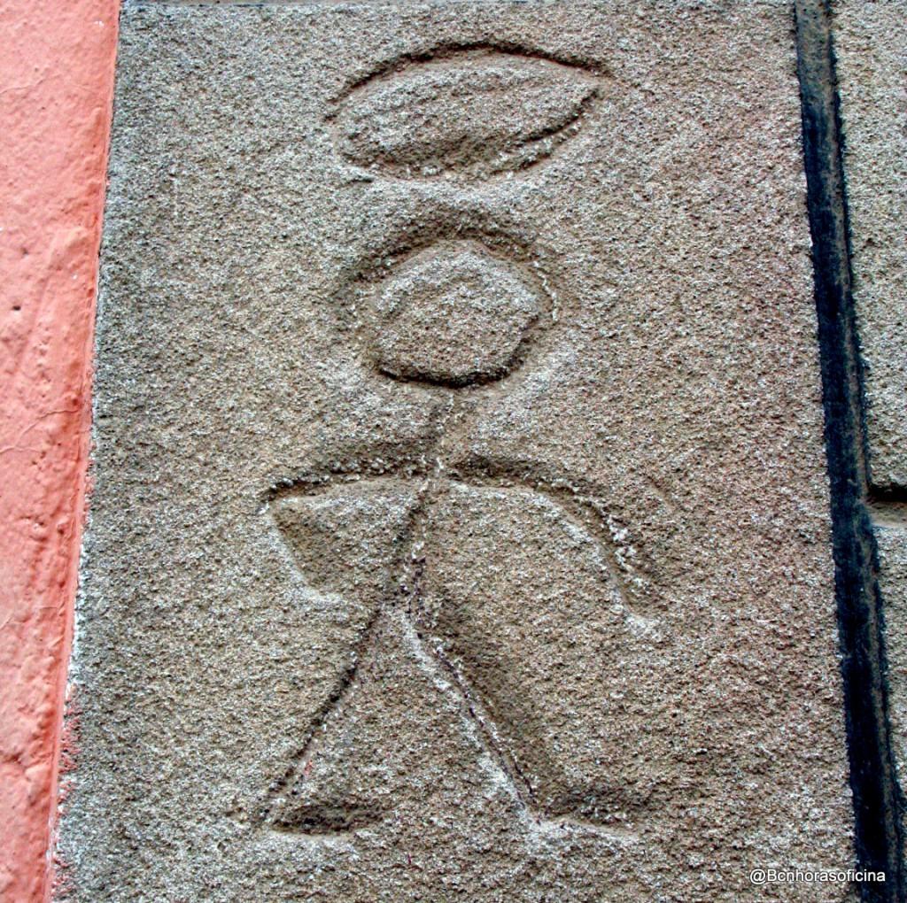 """Imagen de """"El Santo"""", grabada en una de las casas actuales"""