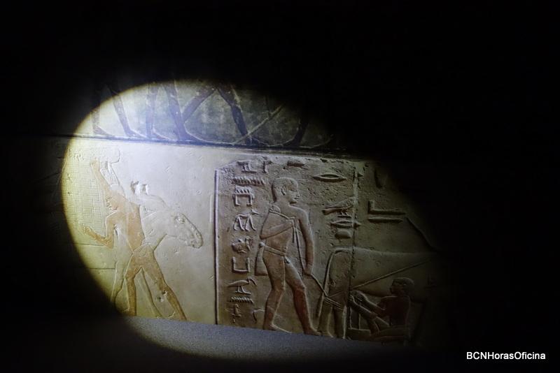 Pinturas murales en la reproducción del interior de una mastaba