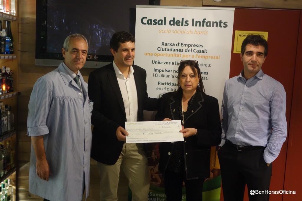 Entrega del cheque al vicepresidente del Casal dels Infants