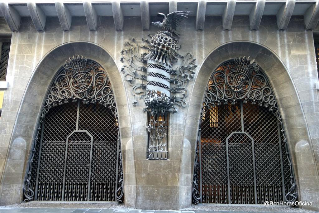 Una fachada relativamente austera, frente a las de otros edificios civiles de Gaudí